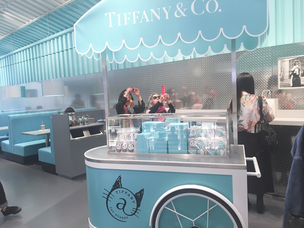 ティファニー:カフェのレジ前に置かれたカート。アイシングクッキーなど友達や家族への手土産に最適な商品がいっぱいです。