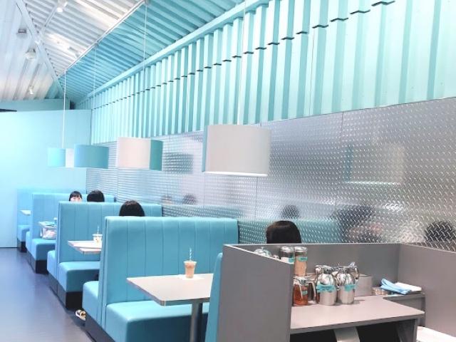 ティファニー:カフェの席はウェブからの予約制となっているため、店頭にはタブレットをもったスタッフさんが予約の確認を行っていました。