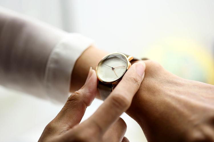 カフェバイトで腕時計はOK?好ましい腕時計について