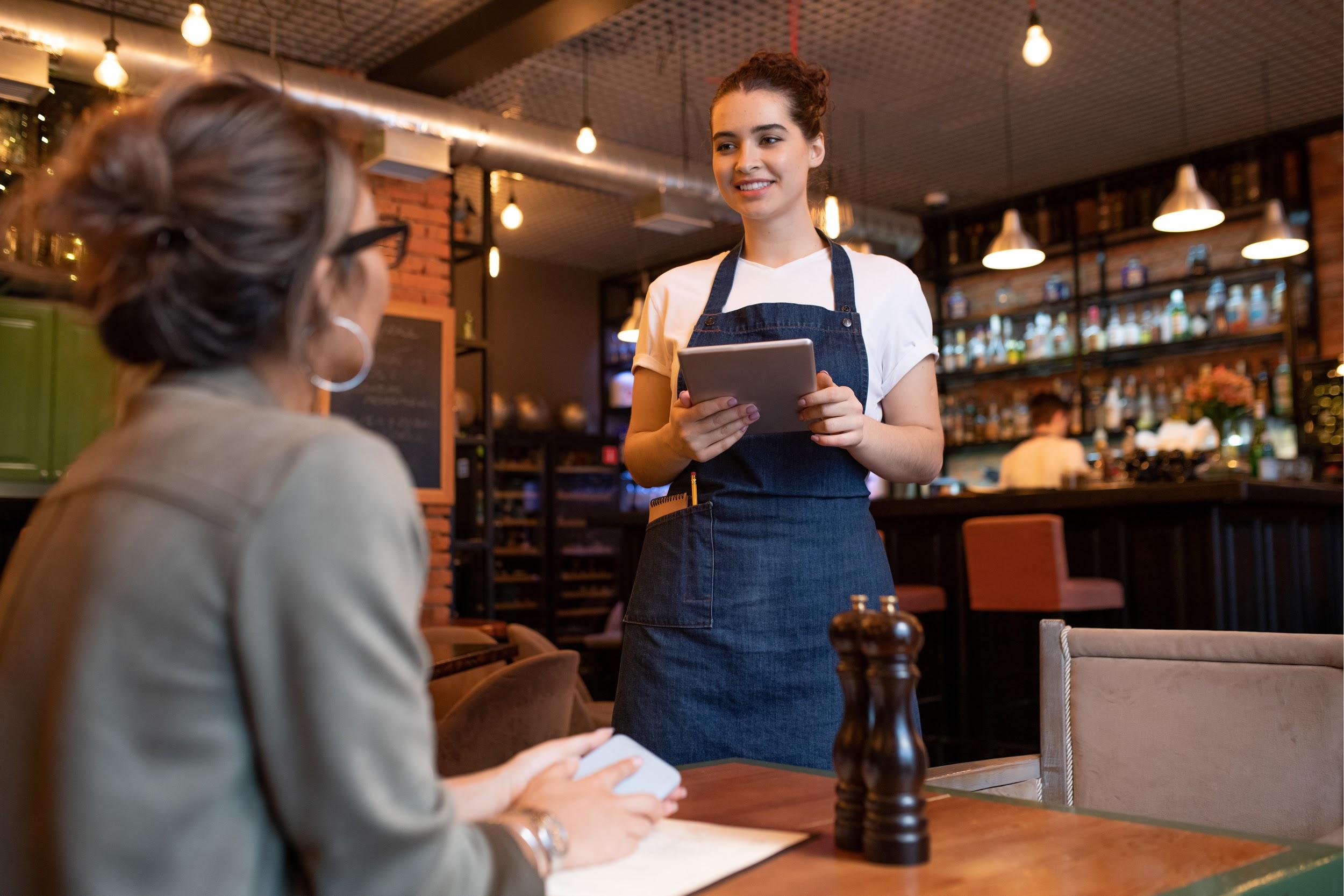 カフェバイトの時給は時間や曜日で変わる?効率の良い働き方とは